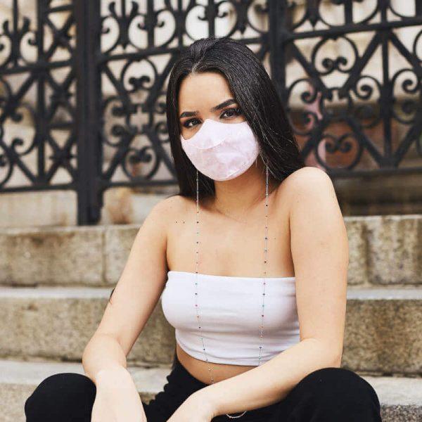 Chica con Sujeta Mascarillas Colorido